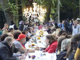 Im Stadtpark: Friedensfest an der langen Tafel